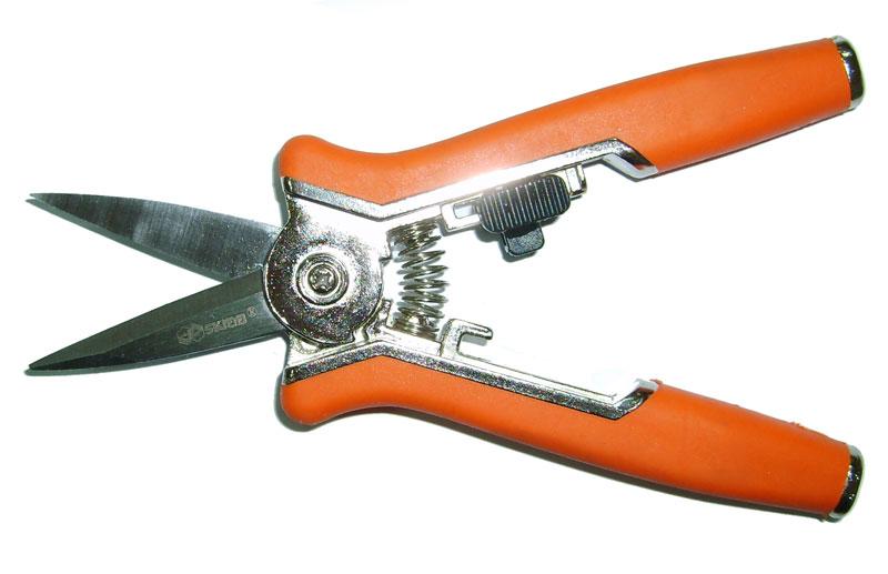 Секатор Skrab, мини, прямой, 15,3 см. 2800728007Секатор садовый с прямыми лезвиями обеспечивает комфортное и простое применение.Рукоятки изготовлены из металла, покрытого противоскользящим прорезиненным пластиком, а раскрытие и закрытие лезвий из нержавеющей стали фиксируются удобной предохранительной защелкой.Инструмент должен идеально подходить именно вашей руке, таким образом, вы обеспечите себе наименьшее количество усилий при работе.