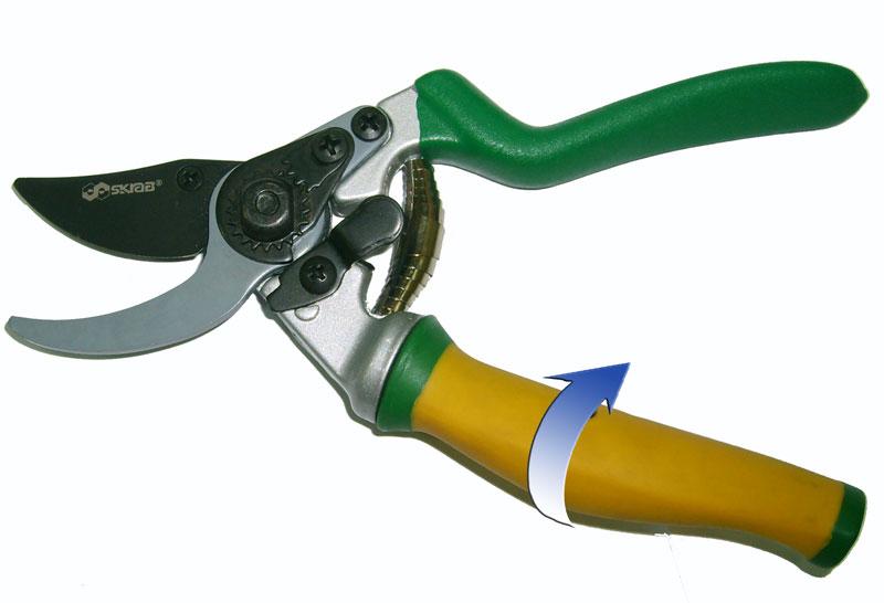 Секатор Skrab, с плавающей ручкой. 2803328033Секатор с вращающейся на 90° рукояткой и плавающим режущим лезвием предназначен для всех приемов подрезки живых растущих ветвей и формирования лозы, кроны фруктовых деревьев и кустов.Из-за особого расположения ножа не деформирует древесину, оставляя ровный срез.Секатор с параллельными лезвиями делает поверхность реза чистой и плоской.Рукоятки удобной формы выполнены из углеродного композитного материала, что позволяет работать в холодное время года.Плавающая (вращающаяся) рукоятка повторяет при работе движение пальцев.Поворотный механизм позволяет предохранять ладонь и пальцы от образования мозолей.Материал режущих лезвий выполнен из высокопрочной марки стали SK5, не поддающейся коррозии и в течение длительного времени не требующей заточки при правильной эксплуатации.