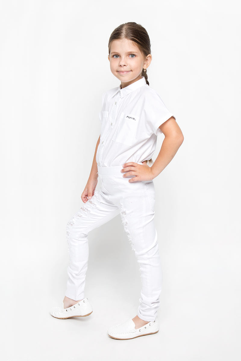 Джинсы для девочки Nota Bene, цвет: белый. SS162G404-1. Размер 128SS162G404-1Стильные джинсы для девочки Nota Bene идеально подойдут вашей юной моднице. Изготовленные из плотной эластичной ткани, они мягкие и тактильно приятные, не сковывают движения и хорошо пропускают воздух, обеспечивая комфорт при носке. Модель зауженного кроя застегивается спереди в поясе и имеет широкую эластичную резинку. Спереди модель оформлена имитацией ширинки и двух карманов, а сзади дополнена двумя накладными карманами. Джинсы оформлены потертостями, прорезями с вставками из нежного гипюра. Модные потертости украшены сверкающими стразами-капельками.