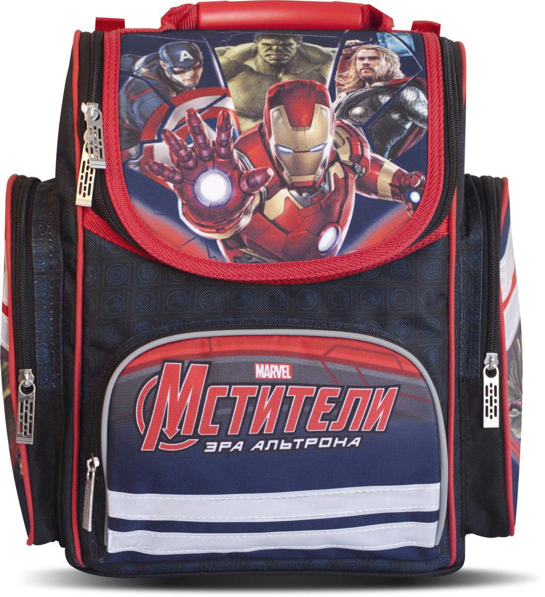 Marvel Ранец школьный Мстители Эра Альтрона цвет темно-синий красный29198Школьный ранец Marvel Мстители. Эра Альтрона выполнен из 100% полиэстера.Ранец имеет одно основное отделение, закрывающееся клапаном на молнию с двумя бегунками. Клапан полностью откидывается, что существенно облегчает пользование ранцем. На внутренней части клапана находится прозрачный пластиковый кармашек, в который можно поместить данные о владельце ранца. Внутри главного отделения расположены две мягкие перегородки, фиксирующиеся хлястиком на липучке. Дно ранца можно сделать жестким, разложив специальную панель с пластиковой вставкой, что повышает сохранность содержимого ранца и способствует правильному распределению нагрузки.На лицевой стороне ранца расположен накладной карман на застежке-молнии. По бокам ранца размещены два дополнительных накладных кармана на молнии.Ортопедическая спинка, созданная по специальной технологии из дышащего материала, равномерно распределяет нагрузку на плечевые суставы и спину. В нижней части спинки расположен поясничный упор - небольшой валик, на который при правильном ношении ранца будет приходиться основная нагрузка.Ранец оснащен удобной ручкой для переноски и двумя широкими лямками регулируемой длины. Светоотражающие элементы обеспечивают безопасность в темное время суток.