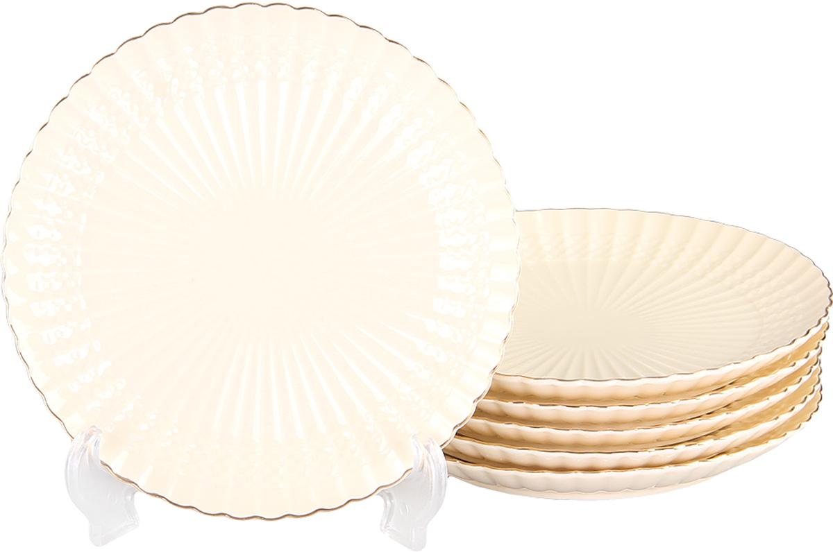 Набор десертных тарелок Patricia Грейс Голд, диаметр 19 см, 6 штIM52-4012Набор Patricia состоит из шести десертных тарелок, выполненных из фарфора высокого качества и украшенных позолотой. Такой набор десертных тарелок станет достойным украшением свежеприготовленного пирожного, выпечки, кусочка вашего фирменного торта или другого десерта. Благодаря безукоризненному дизайну и качеству эти тарелки прослужат вам много лет, напоминая о каждом кусочке любимого лакомства. Не рекомендуется мыть в посудомоечной машине и использовать в микроволновой печи.