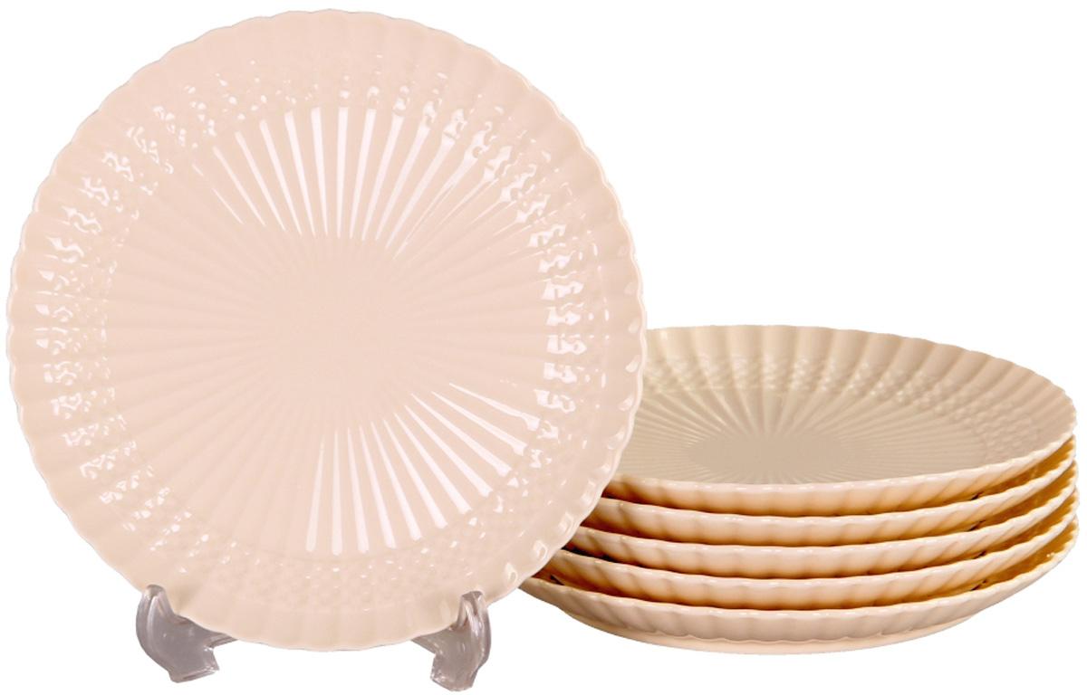 Набор десертных тарелок Patricia Грейс, диаметр 19 см, 6 штIM52-4112Набор Patricia состоит из шести десертных тарелок, выполненных из фарфора высокого качества и украшенных позолотой. Такой набор десертных тарелок станет достойным украшением свежеприготовленного пирожного, выпечки, кусочка вашего фирменного торта или другого десерта. Благодаря безукоризненному дизайну и качеству эти тарелки прослужат вам много лет, напоминая о каждом кусочке любимого лакомства. Можно мыть в посудомоечной машине и использовать в микроволновой печи.