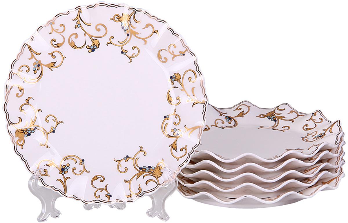 Набор десертных тарелок Patricia Восток, диаметр 19 см, 6 штIM52-4212Набор Patricia состоит из шести десертных тарелок, выполненных из фарфора высокого качества и украшенных позолотой. Такой набор десертных тарелок станет достойным украшением свежеприготовленного пирожного, выпечки, кусочка вашего фирменного торта или другого десерта. Благодаря безукоризненному дизайну и качеству эти тарелки прослужат вам много лет, напоминая о каждом кусочке любимого лакомства. Не рекомендуется мыть в посудомоечной машине и использовать в микроволновой печи.