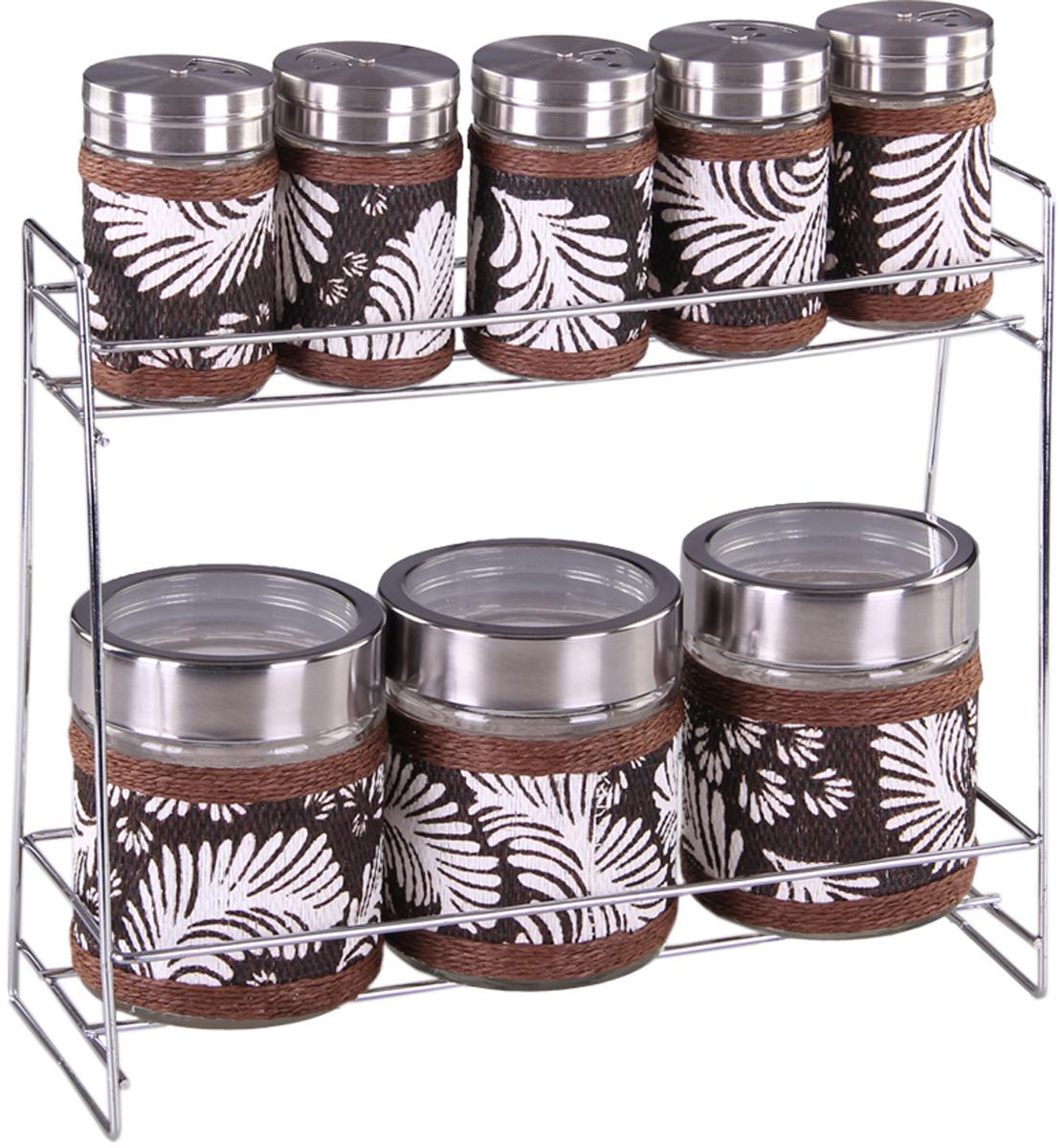Набор банок для сыпучих продуктов и специй Patricia Перья, с подставкой, 9 предметов. IM99-3925IM99-3925Набор Patricia Перья состоит из 5 банок для специй и 3 банок для сыпучих продуктов. Банки выполнены из высококачественного стекла и декорированы оригинальной вставкой. Крышки, выполненные из металла, плотно закрываются и предотвращают высыпание специй. Имеются регулируемые отверстия, с помощью которых можно обильно или слегка приправить блюдо. Баночки идеально подойдут для соли, перца и других специй. Изделия размещаются на специальной подставке. Оригинальный набор эффектно украсит интерьер кухни, а также станет незаменимым помощником в приготовлении ваших любимых блюд. С таким набором специи надолго сохранят свежесть, аромат и пряный вкус. Не рекомендуется мыть в посудомоечной машине и использовать в микроволновой печи. Высота баночек (с учетом крышек): 8,5 см, 10,5 см. Диаметр баночек: 3,5 см, 7 см. Размер подставки: 28 х 10 х 23 см.