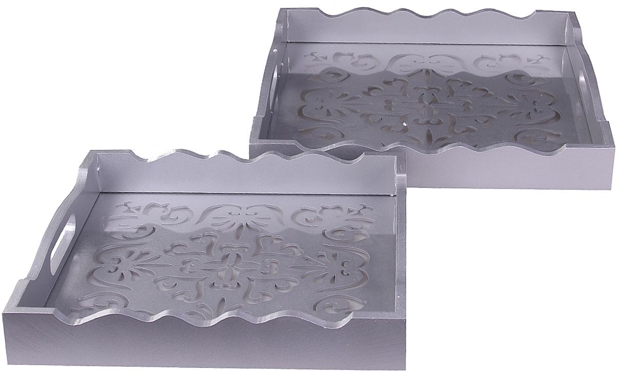 Набор подносов Patricia, 2 шт. IM99-5306IM99-5306Набор подносов выполнен из МДФ. Он просто незаменим при сервировке праздничного стола и приготовлении блюд. Набор подносов станет лучшим дополнением к кухонному интерьеру и выручит вас в самых непредсказуемых ситуациях. Размер большего подноса: 35 x 35 см. Размер меньшего подноса: 30 x 30 см.