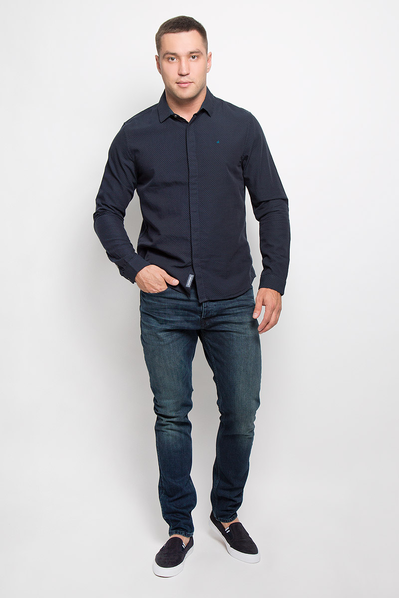 Рубашка мужская Calvin Klein Jeans, цвет: темно-синий. J30J300136_4020. Размер S (44/46)SSZ0737GRСтильная мужская рубашка Calvin Klein Jeans, выполненная из натурального хлопка, подчеркнет ваш уникальный стиль и поможет создать оригинальный образ. Такой материал великолепно пропускает воздух, обеспечивая необходимую вентиляцию, а также обладает высокой гигроскопичностью. Рубашка с длинными рукавами и отложным воротником застегивается на пуговицы спереди. Манжеты рукавов также застегиваются на пуговицы. Классическая рубашка - превосходный вариант для базового мужского гардероба и отличное решение на каждый день.Такая рубашка будет дарить вам комфорт в течение всего дня и послужит замечательным дополнением к вашему гардеробу.