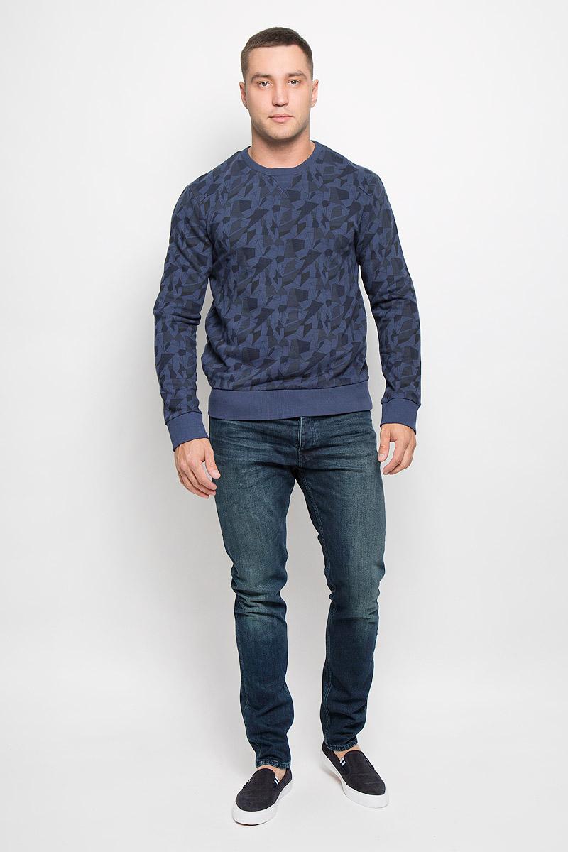 Свитшот мужской Calvin Klein Jeans, цвет: темно-синий. J30J300145_4870. Размер XXL (52/54)R0216Т12Стильный мужской свитшот Calvin Klein Jeans, изготовленный из высококачественного натурального хлопка, мягкий и приятный на ощупь, не сковывает движений и обеспечивает наибольший комфорт. Такой свитшот великолепно пропускает воздух, позволяя коже дышать, и обладает высокой гигроскопичностью.Модель свободного кроя с круглым вырезом горловины и длинными рукавами оформлена геометрическим принтом. Манжеты рукавов, воротник и низ изделия дополнены трикотажными резинками. Этот свитшот - настоящее воплощение комфорта, он послужит отличным дополнением к вашему гардеробу. В нем вы будете чувствовать себя уютно в прохладное время года.