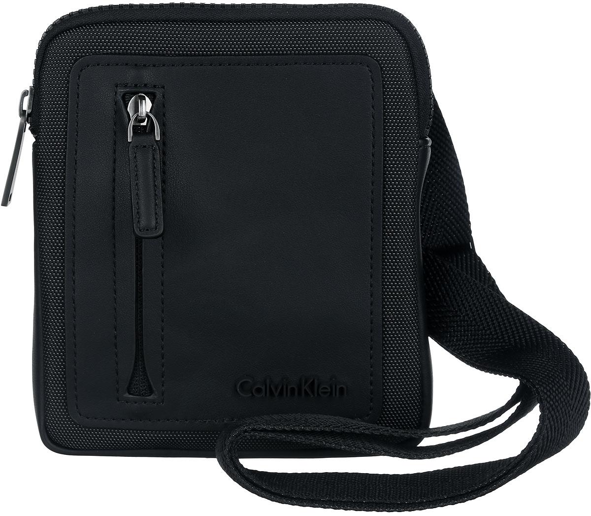 Сумка мужская Calvin Klein Jeans, цвет: черный. K50K501607_0010K50K501607_0010Стильная сумка Calvin Klein выполнена из полиуретана и текстиля, оформлена символикой бренда.Изделие содержит одно отделение, которое закрывается на застежку-молнию. Внутри сумки размещены накладной кармашек для мелочей и врезной карман на застежке-молнии. Сумка оснащена плечевым ремнем регулируемой длины. Лицевая сторона дополнена накладным карманом на молнии. В комплекте с изделием поставляется чехол для хранения.Модная сумка идеально подчеркнет ваш неповторимый стиль.