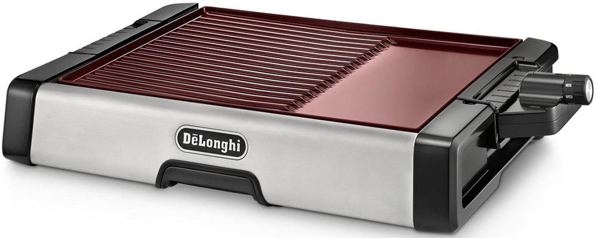 DeLonghi BG 500C электрогриль керамический0126120103При помощи электрогриля DeLonghi BG 500C можно очень быстро готовить практически что угодно: жарить сочные стейки с любимыми специями, зажаривать курицу или рыбу до золотистой корочки, запекать овощи или фрукты, готовить морепродукты, делать пирожки, оладьи, горячие бутерброды и прочие закуски. Главное, эти блюда будут менее калорийными и вредными, так как специальное антипригарное покрытие позволяет готовить без применения масла. Вам не придется тратить много времени – согласно инструкции, даже мясо и рыба будут готовы примерно спустя 20-30 минут. Электрогрили DeLonghi – лучший способ готовить не только дома, но и на даче. Компактные размеры и небольшой вес дают возможность брать гриль с собой, если вы едете за город, что очень удобно. Готовьте любимые блюда-гриль с удовольствием где угодно.Гриль BG 500C обладает мощностью 2000 Вт, он оснащен керамическим антипригарным покрытием, которое обеспечивает прекрасную теплопроводность и равномерное распределение тепла, чтобы блюда готовились быстро и равномерно. Излишки жира стекают в специальный поддон, расположенный посередине прибора. Регулятор температуры позволяет устанавливать соответствующую температуру для разогрева, деликатного приготовления или хорошей прожарки блюд.Производитель позаботился о том, чтобы данный гриль был максимально безопасным в эксплуатации. Ручки прибора не нагреваются в процессе приготовления, нескользящие ножки надежно фиксируют его на столе, поэтому вы можете не беспокоиться о том, что случайно опрокинете его. По окончании готовки плиту можно снять, чтобы вымыть ее от остатков пищи. И плиту, и поддон вы можете мыть в посудомоечной машине.