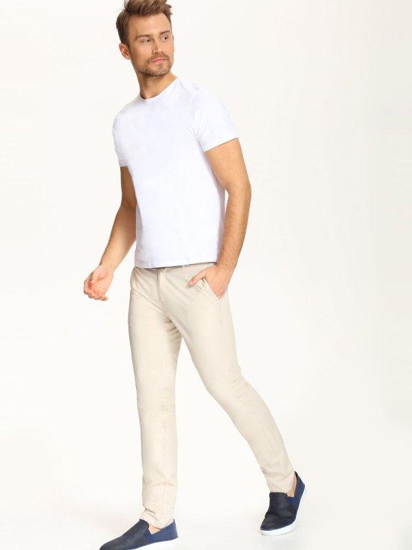 Брюки мужские Top Secret, цвет: светло-бежевый. SSP2261BE. Размер 32 (48)SSP2261BEСтильные мужские брюки Top Secret высочайшего качества выполнены из плотного хлопка с добавлением эластана. Модель-слим станет отличным дополнением к вашему современному образу. Изделие застегивается на пуговицу в поясе и ширинку-молнию, также имеются шлевки для ремня. Спереди брюки оформлены двумя втачными карманами, сзади - двумя прорезными карманами.