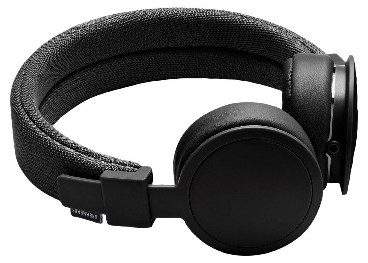 Urbanears Plattan ADV Wireless, Black наушники15118186Plattan ADV Wireless - это первые Bluetooth-наушники в ассортименте Urbanears. Они оснащены встроенныммикрофоном, имеют световой индикатор состояний на чашке излучателя и готовы работать 14 часов безподзарядки. Передвигайтесь свободно, принимайте звонки и слушайте музыку на ходу без путающихся проводов.Нет кабеля - нет проблем!Plattan ADV оснащены съёмными оголовьем и амбушюрами, которые можно подвергать машинной стирке вместе содеждой. Всегда свежие впечатления даже от знакомой музыки!ZoundPlug - это разъём, позволяющий поделиться вашей музыкой с другом. Просто подключите его наушники квашим Plattan ADV Wireless через свободный порт.