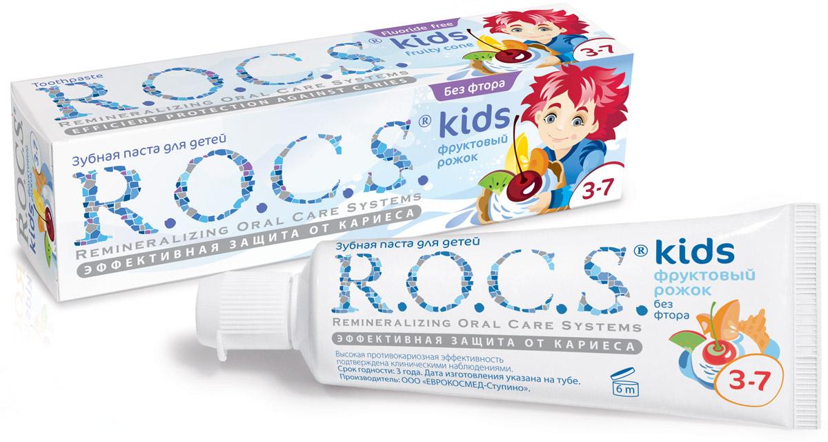 R.O.C.S. Зубная паста Фруктовый рожок от 3 до 7 лет 45 г03-01-017Зубная паста без фтора R.O.C.S. Kids Фруктовый рожок со вкусом мороженого для детей от 3 до 7 лет разработана при участии стоматологов с учетом возрастных особенностей ребенка. R.O.C.S. Kids Фруктовый рожок является эффективным средством защиты от кариеса, не содержащим фтора. Противокариозная и противовоспалительная защита обеспечивается двумя активными компонентами комплекса MINERALIN Kids: высокими концентрациями ксилита (12%), который подавляет кариесогенные бактерии, и биодоступными минералами - глицерофосфатом кальция и хлоридом магния - источниками кальция, фосфора и магния. Обладает свойствами пребиотика: нормализует микробный состав полости рта, что особенно важно при дисбактериозах полости рта.Дети дошкольного возраста должны чистить зубы под контролем взрослых. Не содержит лаурилсульфата натрия и фтора. Обладает низкой абразивностью.Стоматологи особо рекомендуют использовать зубную пасту без фтора в случаях, когда имеется риск избыточного поступления фтора в организм: • если у ребенка уже есть видимые признаки флюороза; • если в питьевой воде содержится избыточное количество фтора (более1,2 мг/л); • если ребенку назначены препараты, содержащие фтор. Избыточное потребление фтора повышает риск развития флюороза, гипофункции щитовидной железы и некоторых других заболеваний.*Подтверждено лабораторными и клиническими исследованиями.Товар сертифицирован.