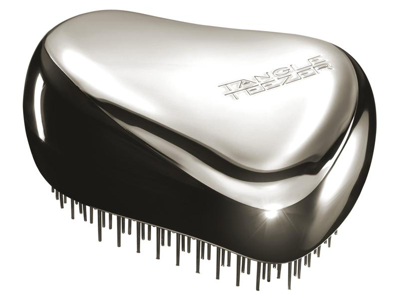 Tangle Teezer Расческа для волос Compact Styler Starlet375072Расчёска Tangle Teezer Compact Styler Silver будет с вами, где бы вы ни находились! Благодаря компактной форме этарасчёска поместится в любую сумочку, а плотно прилегающая крышка защитит расчёску от пыли и повреждений.Эргономичная форма позволяет легко расчёсывать как сухие, так и влажные волосы. Благодаря уникальномустроению зубчиков, расчёска мягко скользит по волосам, не повреждая и не травмируя их. После использованиярасчёски волосы приобретают здоровый вид и блеск, становясь гладкими и шелковистыми.
