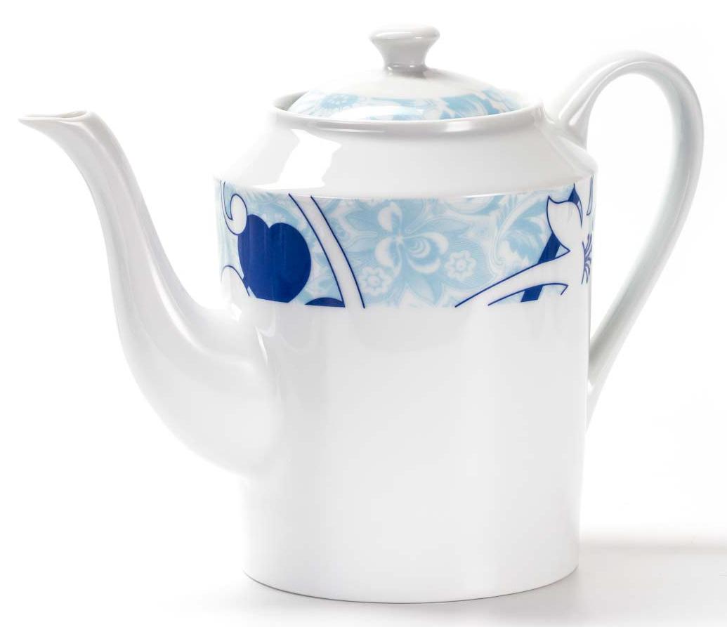 Чайник заварочный La Rose des Sables Bleu Sky, 1,7 л532914 2230Заварочный чайник La Rose des Sables Bleu Sky выполнен из высококачественного тунисского фарфора, изготовленного из уникальной белой глины. На всех изделиях La Rose des Sables можно увидеть маркировку Pate de Limoges. Это означает, что сырье для изготовления фарфора добывают во французской провинции Лимож, и качество соответствует высоким европейским стандартам. Все производство расположено в Тунисе. Особые свойства этой глины, открытые еще в 18 веке, позволяют создать удивительно тонкую, легкую и при этом прочную посуду. Благодаря двойному термическому обжигу фарфор обладает высокой ударопрочностью, стойкостью к сколам и трещинам, жаропрочностью и великолепным блеском глазури. Коллекция Bleu Sky - это изысканная классика, дополненная нежно-голубым орнаментом. Эта белая фарфоровая посуда станет настоящим украшением вашего стола. Прекрасный вариант как для праздничной, так и для повседневной сервировки стола. Можно использовать в СВЧ печи и мыть в посудомоечной машине.