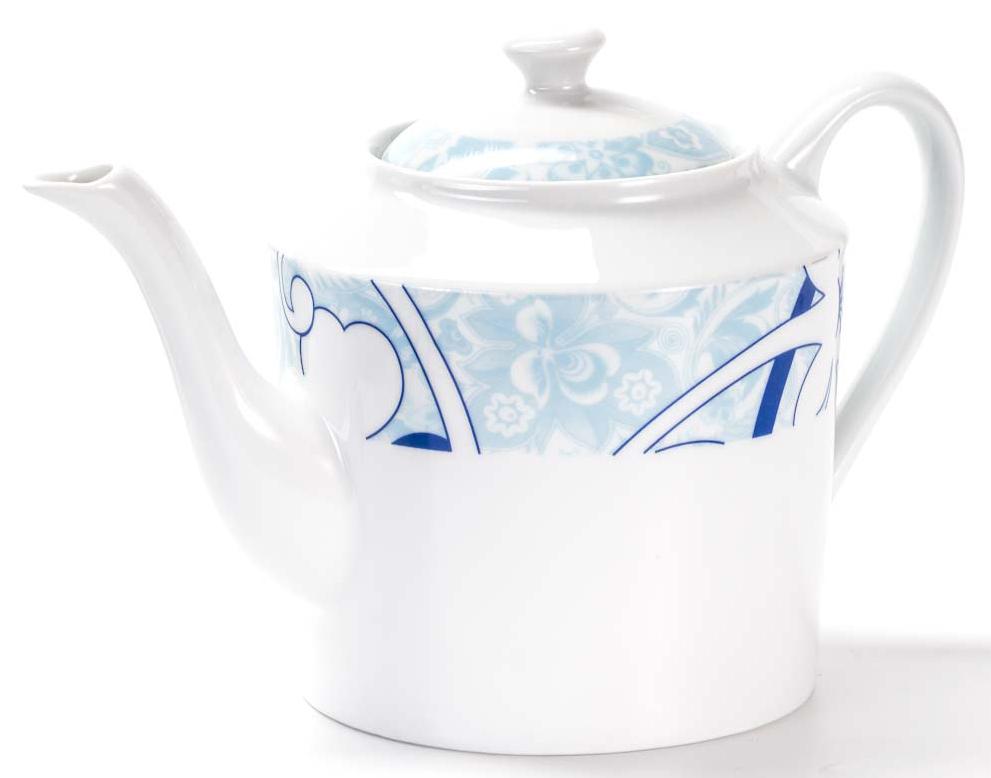 Чайник заварочный La Rose des Sables Bleu Sky, 1,2 л533112 2230Заварочный чайник La Rose des Sables Bleu Sky выполнен из высококачественного тунисского фарфора, изготовленного из уникальной белой глины. На всех изделиях La Rose des Sables можно увидеть маркировку Pate de Limoges. Это означает, что сырье для изготовления фарфора добывают во французской провинции Лимож, и качество соответствует высоким европейским стандартам. Все производство расположено в Тунисе. Особые свойства этой глины, открытые еще в 18 веке, позволяют создать удивительно тонкую, легкую и при этом прочную посуду. Благодаря двойному термическому обжигу фарфор обладает высокой ударопрочностью, стойкостью к сколам и трещинам, жаропрочностью и великолепным блеском глазури. Коллекция Bleu Sky - это изысканная классика, дополненная нежно-голубым орнаментом. Эта белая фарфоровая посуда станет настоящим украшением вашего стола. Прекрасный вариант как для праздничной, так и для повседневной сервировки стола. Можно использовать в СВЧ печи и мыть в посудомоечной машине.