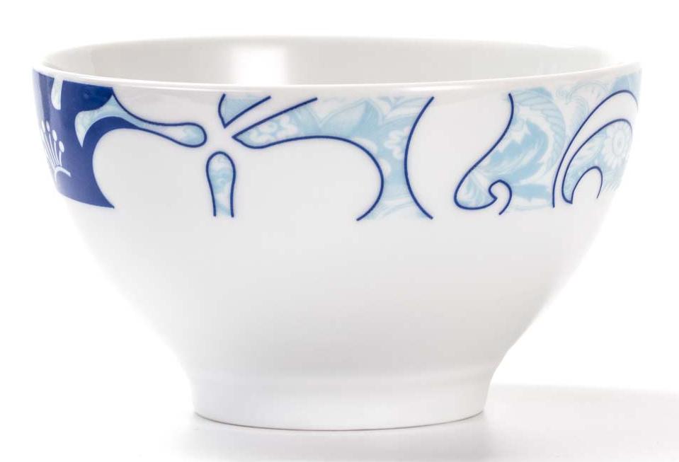 Салатник La Rose Des Sables Bleu Sky, диаметр 13 см533913 2230Салатник La Rose Des Sables - прекрасное дополнение праздничного стола. Изделие выполнено из высококачественного фарфора и украшено изысканным рисунком.Фарфор марки La Rose Des Sables изготавливается из уникальной белой глины, которая добывается во Франции, в знаменитой провинции Лимож. Особые свойства этой глины, открытые еще в 18 веке, позволяют создать удивительно тонкую, легкую и при этом прочную посуду.Лиможский фарфор известен по всему миру. Это символ утонченности, аристократизма и знак высокого вкуса. Продукция импортируется в европейские страны и производится под брендом La Rose des Sables, что в переводе означает Роза песков. Преимущества этого фарфора заключаются в устойчивости к сколам и трещинам, что возможно благодаря двойному термическому обжигу.Посуда имеет маркировку Pate de Limoges, подтверждающую, что сырье для ее изготовления добыто именно в провинции Лимож, а качество соответствует европейским стандартам. Производство расположено в Тунисе.Коллекции бренда La Rose Des Sables самые разнообразные, от изделий в лаконичном и современном дизайне - отличный выбор на каждый день, до роскошной посуды с позолотой - для особого случая и праздничной сервировки стола.