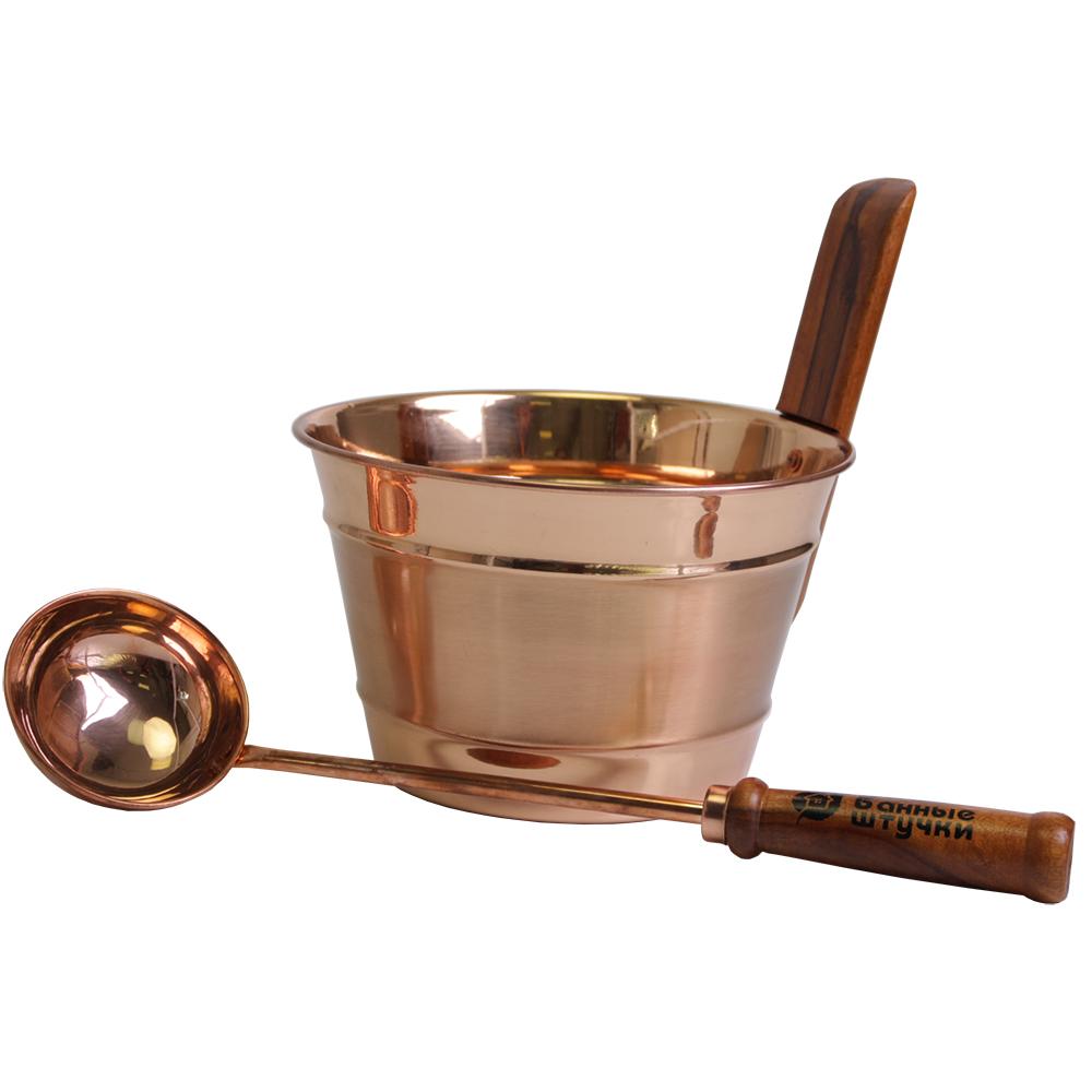 """Набор для бани и сауны """"Банные штучки"""" состоит из бадьи и ковша. Предметы набора выполнены из меди с деревянными ручками.  Оригинальный и лаконичный набор придаст внутреннему убранству вашей бани дополнительное очарование и стиль. И окажется незаменим при использовании арома-средств и нагнетании пара.    Отдых в сауне или бане - это полезный и в последнее время популярный способ времяпровождения. Комплект """"Банные штучки"""" обеспечит вам комфорт и удобство.   Объем бадьи: 4 л.  Объем ковша: 150 мл.  Длина ковша: 48 см."""