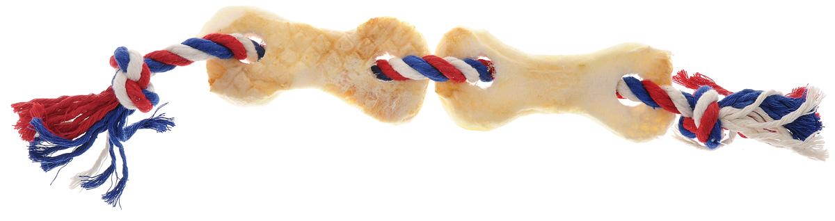 Игрушка-лакомство для собак Titbit, канат с двумя косточками из говяжьей кожи6788Игрушка-лакомство Titbit - это оригинальная и привлекательная для собак комбинация игрушки и ароматного натурального лакомства - двух косточек из говяжьей кожи. Игрушка эффективна для ухода за ротовой полостью. Структура каната способствует очищению зубов, при этом не повреждает десна. Сухие лакомства помогают удалить зубной налет. Игрушка предназначена для собак старше 10 недель. Состав: высушенная говяжья кожа, 100% хлопковый канат.Толщина каната: 10 мм. Длина каната: 38 см. Товар сертифицирован.