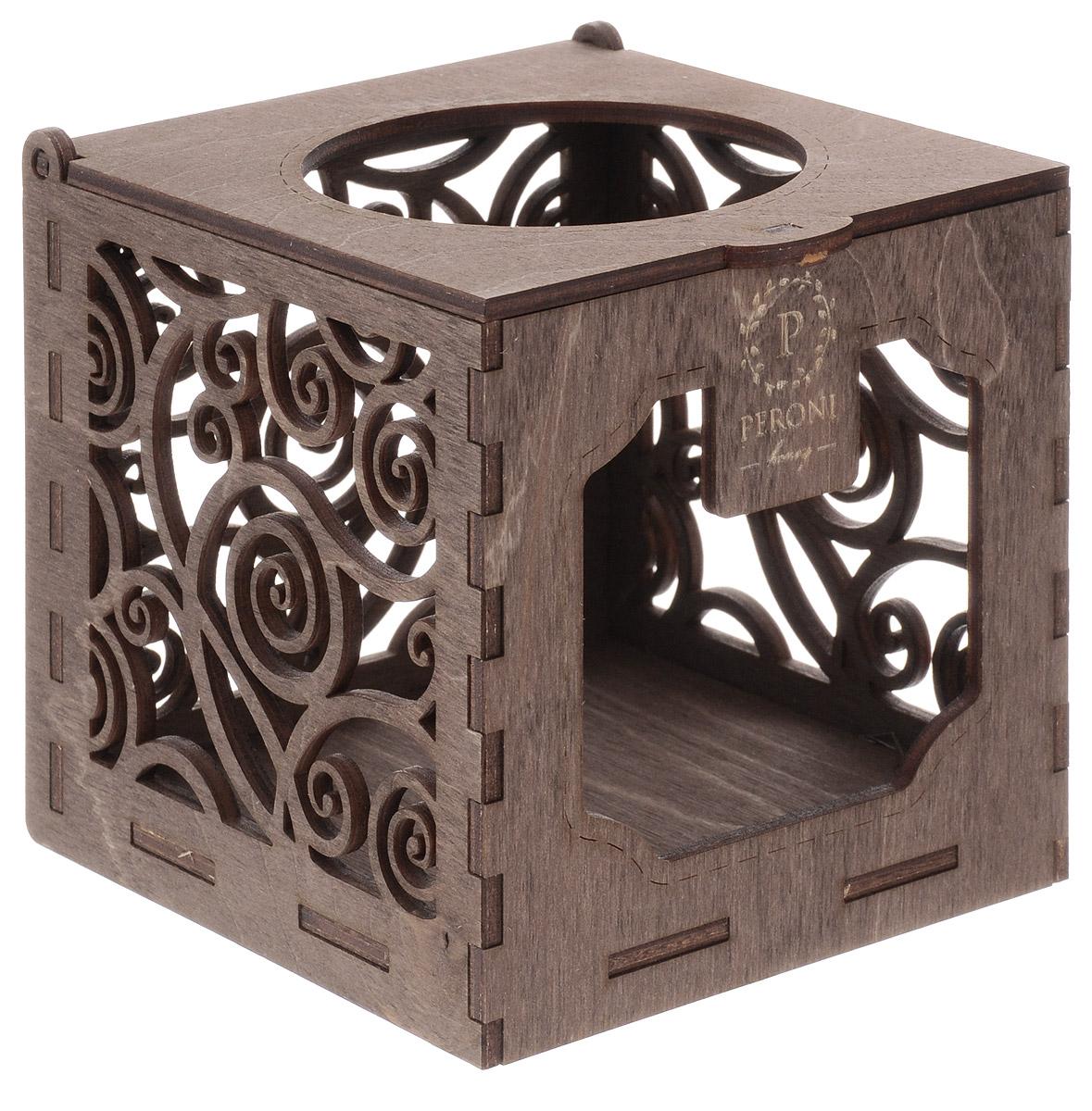 Идеальное завершение подарочной композиции. Когда мед закончится, коробку можно будет использовать в качестве подсвечника для чайной свечи, свет которой, проходя сквозь резные стенки, наполнит комнату причудливыми бликами.Сувенирная коробка рассчитана на банку меда-суфле Peroni объемом 250 мл.10,5 х 10,5 х 10,5 см.