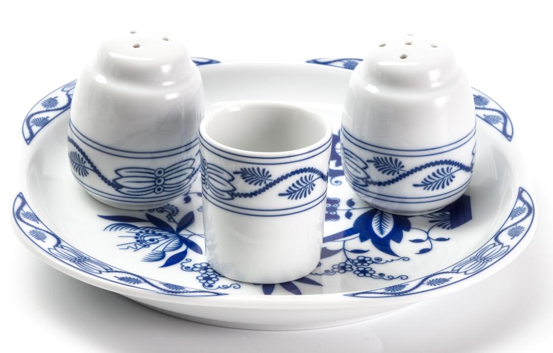 Набор для специй La Rose des Sables Ognion Bleu, 4 предмета009104 1313Набор для специй La Rose des Sables Ognion Bleu состоит из емкости для соли, емкости для перца, стаканчика для зубочисток и подставки. Изделия выполнены из высококачественного тунисского фарфора, изготовленного из уникальной белой глины. На всех изделиях La Rose des Sables можно увидеть маркировку Pate de Limoges. Это означает, что сырье для изготовления фарфора добывают во французской провинции Лимож, и качество соответствует высоким европейским стандартам. Все производство расположено в Тунисе. Особые свойства этой глины, открытые еще в 18 веке, позволяют создать удивительно тонкую, легкую и при этом прочную посуду. Благодаря двойному термическому обжигу фарфор обладает высокой ударопрочностью, жаропрочностью и великолепным блеском глазури. Коллекция Ognion Bleu (Синий лук) - это мотивы природы и изящный растительный орнамент в ярких синих тонах. Прекрасный вариант посуды на каждый день. Коллекция отлично смотрится в любом интерьере. Можно использовать в СВЧ печи и мыть в посудомоечной машине.