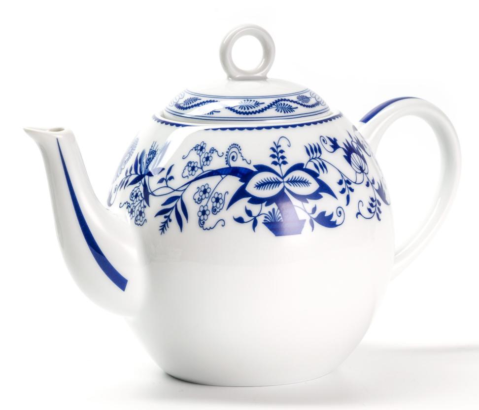 Чайник заварочный La Rose des Sables Ognion Bleu, 1 л553110 1313Заварочный чайник La Rose des Sables Ognion Bleu выполнен из высококачественного тунисского фарфора, изготовленного из уникальной белой глины. На всех изделиях La Rose des Sables можно увидеть маркировку Pate de Limoges. Это означает, что сырье для изготовления фарфора добывают во французской провинции Лимож, и качество соответствует высоким европейским стандартам. Все производство расположено в Тунисе. Особые свойства этой глины, открытые еще в 18 веке, позволяют создать удивительно тонкую, легкую и при этом прочную посуду. Благодаря двойному термическому обжигу фарфор обладает высокой ударопрочностью, жаропрочностью и великолепным блеском глазури. Коллекция Ognion Bleu (Синий лук) - это мотивы природы и изящный растительный орнамент в ярких синих тонах. Прекрасный вариант посуды на каждый день. Коллекция отлично смотрится в любом интерьере. Можно использовать в СВЧ печи и мыть в посудомоечной машине.