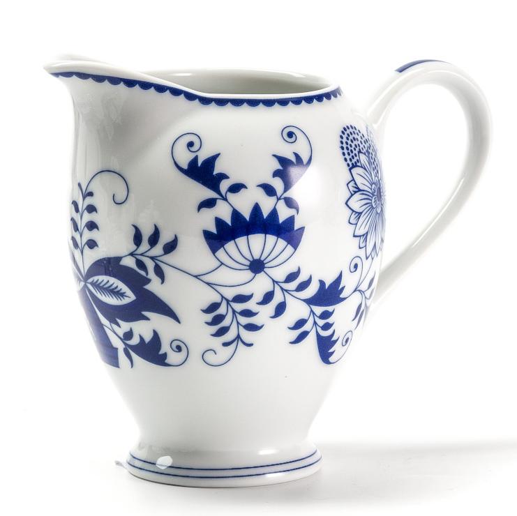 Сливочник La Rose des Sables Ognion Bleu, 240 мл623025 1313Сливочник La Rose des Sables Ognion Bleu выполнен из высококачественного тунисского фарфора, изготовленного из уникальной белой глины. На всех изделиях La Rose des Sables можно увидеть маркировку Pate de Limoges. Это означает, что сырье для изготовления фарфора добывают во французской провинции Лимож, и качество соответствует высоким европейским стандартам. Все производство расположено в Тунисе. Особые свойства этой глины, открытые еще в 18 веке, позволяют создать удивительно тонкую, легкую и при этом прочную посуду. Благодаря двойному термическому обжигу фарфор обладает высокой ударопрочностью, жаропрочностью и великолепным блеском глазури. Коллекция Ognion Bleu (Синий лук) - это мотивы природы и изящный растительный орнамент в ярких синих тонах. Прекрасный вариант посуды на каждый день. Коллекция отлично смотрится в любом интерьере. Можно использовать в СВЧ печи и мыть в посудомоечной машине.