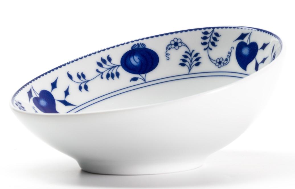 Салатник La Rose des Sables Ognion Bleu, 170 мл641617 1313Оригинальный салатник со скошенным краем La Rose des Sables Ognion Bleu выполнен из высококачественного тунисского фарфора, изготовленного из уникальной белой глины. На всех изделиях La Rose des Sables можно увидеть маркировку Pate de Limoges. Это означает, что сырье для изготовления фарфора добывают во французской провинции Лимож, и качество соответствует высоким европейским стандартам. Все производство расположено в Тунисе. Особые свойства этой глины, открытые еще в 18 веке, позволяют создать удивительно тонкую, легкую и при этом прочную посуду. Благодаря двойному термическому обжигу фарфор обладает высокой ударопрочностью, жаропрочностью и великолепным блеском глазури. Коллекция Ognion Bleu (Синий лук) - это мотивы природы и изящный растительный орнамент в ярких синих тонах. Прекрасный вариант посуды на каждый день. Коллекция отлично смотрится в любом интерьере. Можно использовать в СВЧ печи и мыть в посудомоечной машине.