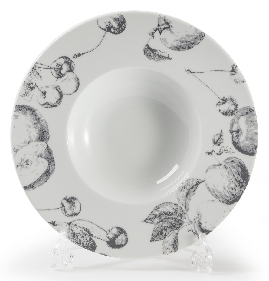 Тарелка глубокая La Rose des Sables Black Apple, диаметр 27 см830727 2241Глубокая тарелка La Rose des Sables Black Apple выполнена из высококачественного тунисского фарфора, изготовленного из уникальной белой глины. На всех изделиях La Rose des Sables можно увидеть маркировку Pate de Limoges. Это означает, что сырье для изготовления фарфора добывают во французской провинции Лимож, и качество соответствует высоким европейским стандартам. Все производство расположено в Тунисе. Особые свойства этой глины, открытые еще в 18 веке, позволяют создать удивительно тонкую, легкую и при этом прочную посуду. Благодаря двойному термическому обжигу фарфор обладает высокой ударопрочностью, жаропрочностью и великолепным блеском глазури. Коллекция Black Apple (Черное яблоко) - стильный черно-белый фруктовый декор. Прекрасный вариант посуды на каждый день. Коллекция будет отлично смотреться в любом интерьере. Можно использовать в СВЧ печи и мыть в посудомоечной машине.