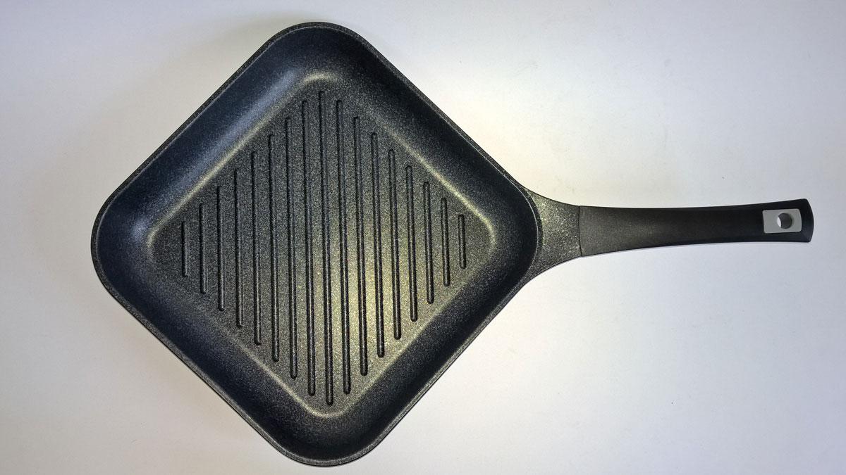 Сковорода-гриль MarTiNa, с мраморным покрытием, 28 х 28 смQAВ28Сковорода-гриль Steel Way MarTiNa выполнена из литого алюминия с утолщенным дном и оснащена удобной пластиковой ручкой. Благодаря внешнему и внутреннему пятислойному мраморному покрытию, пища не пригорает и не прилипает к стенкам. Готовить можно с минимальным количеством масла и жиров. Гладкая поверхность обеспечивает легкость ухода за посудой.Посуда равномерно распределяет тепло и обладает высокой устойчивостью к деформации, практичная в эксплуатации. Рифленая поверхность сковороды MarTiNaимитирует решетки гриля и образует аппетитную корочку, при этом жир стекает в желобки, не давая продуктам контактировать с ним, что обеспечивает приготовление здоровой пищи. Сковорода-гриль такжеподходит для жарки мяса, рыбы, сыра, овощей и для приготовления и разогрева сэндвичей.Сковорода подходит для использования на газовой, электрической и стеклокерамической плите. Размер (по верхнему краю): 28 х 28 см. Высота стенки: 5 см.Толщина стенки: 3 мм.Толщина дна: 5 мм.
