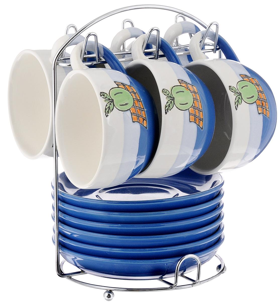Набор чайный Calve. Яблоко, на подставке, 13 предметовCL-2022_синий, белый, голубойНабор Calve. Яблоко состоит из шести чашек и шести блюдец, изготовленных из высококачественного фарфора. Чашки оформлены красочным рисунком. Изделия расположены на металлической подставке. Такой набор подходит для подачи чая или кофе.Изящный дизайн придется по вкусу и ценителям классики, и тем, кто предпочитает утонченность и изысканность. Он настроит на позитивный лад и подарит хорошее настроение с самого утра. Чайный набор Calve. Яблоко - идеальный и необходимый подарок для вашего дома и для ваших друзей в праздники.Можно мыть в посудомоечной машине. Объем чашки: 220 мл. Диаметр чашки (по верхнему краю): 9,5 см. Высота чашки: 6,3 см. Диаметр блюдца: 14,5 см. Высота блюдца: 2,3 см.Размер подставки: 16,5 х 16 х 22,5 см.