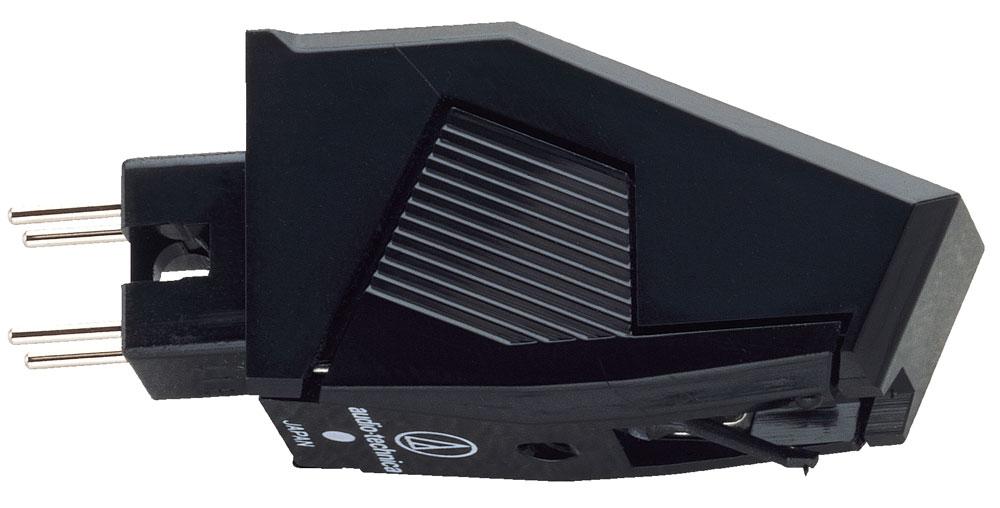 Audio-Technica AT3482P головка звукоснимателя5055145748046Audio-Technica AT3482P представляет собой головку звукоснимателя начального уровня, которая отличается хорошим соотношением цена/качество.Корпус напоминает сложную геометрическую фигуру со строгими линиями и использует крепление P-типа (P-mount/T4P). В его тыльной части находятся четыре контакта, которые вставляются в соответствующие терминалы тонарма, специально предназначенного для данного типа крепления. После этого картридж фиксируется там с помощью одного винта. Для установки такого звукоснимателя в тонарм с обычным стандартным шеллом необходимо приобрести дополнительно специальный адаптер.В конструкции картриджа используются два подвижных магнита, выполненные из сплава Alnico (алюминий/никель/кобальт), которые расположены под углом в 90 градусов относительно друг друга. Благодаря такому расположению, а также небольшой массе и материалу, из которого изготовлены магниты, обеспечивается точная работа электрического преобразователя, повышается показатель разделения каналов, расширяется частотный диапазон, улучшается трекинг, а саунд становится более естественным.Иглодержатель выполнен из карбона — легкого и жесткого материала, который обладает высокой прочностью, а игла имеет конический профиль (15,24 мкм). Конструкция данной головки звукоснимателя позволяет легко заменить иглу вместе с иглодержателем.