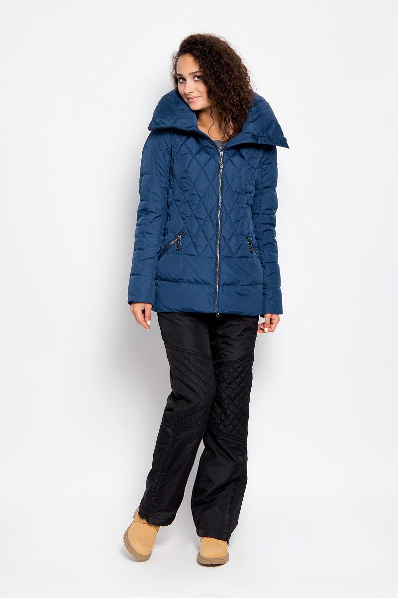 Куртка женская Finn Flare, цвет: темно-синий. A16-11018_140. Размер XS (42)A16-11018_140Удобная женская куртка Finn Flare согреет вас в прохладную погоду и позволит выделиться из толпы. Модель с длинными рукавами и высоким воротником-стойкой выполнена из прочного полиэстера и застегивается на молнию спереди. Куртка имеет съемный капюшон на кнопках, объем которого регулируется при помощи шнурка-кулиски со стопперами. Изделие оформлено оригинальным стеганым узором и дополнено двумя втачными карманами на молниях спереди. Плотный наполнитель из синтепона надежно сохранит тепло, благодаря чему такая куртка защитит вас от ветра и холода. Эта модная и в то же время комфортная куртка - отличный вариант для прогулок, она подчеркнет ваш изысканный вкус и поможет создать неповторимый образ.