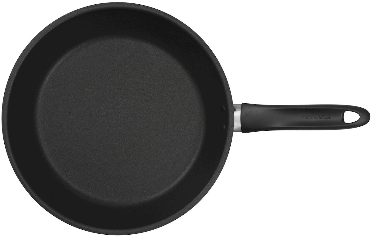"""Сковорода диаметром 28 см изысканной линейки кухонных аксессуаров """"Essential"""" от известного финского производителя """"Fiskars"""" позволит  полностью поменять ваше представление о качественной посуде. Сковородка рассчитана на приготовление пищи как для одного человека, так и  для всей семьи. Антипригарное покрытие позволяет готовить различные блюда с добавлением минимального количества растительного масла,  или вовсе без него. Особо внимание стоит обратить на конструкцию сковородки """"Essential"""", которая сделана из закаленной стали. Данный материал прошел все  необходимые термические обработки и не выделяет в пищу никаких вредных веществ во время готовки. Поверхность сковороды имеет  специальное антипригарное покрытие, которое позволяет получить золотистую корку на продуктах во время жарки. Ручка сковородки выполнена из специального термостойкого материала, благодаря чему не перегревается во время приготовления пищи,  имеет нескользящую поверхность и специальное отверстие для хранения в подвешенном виде. Стоит отметить, что сковородку """"Fiskars""""  оптимально очищать в посудомоечной машинке. Рекомендуется во время готовки использовать специальную силиконовую лопатку."""