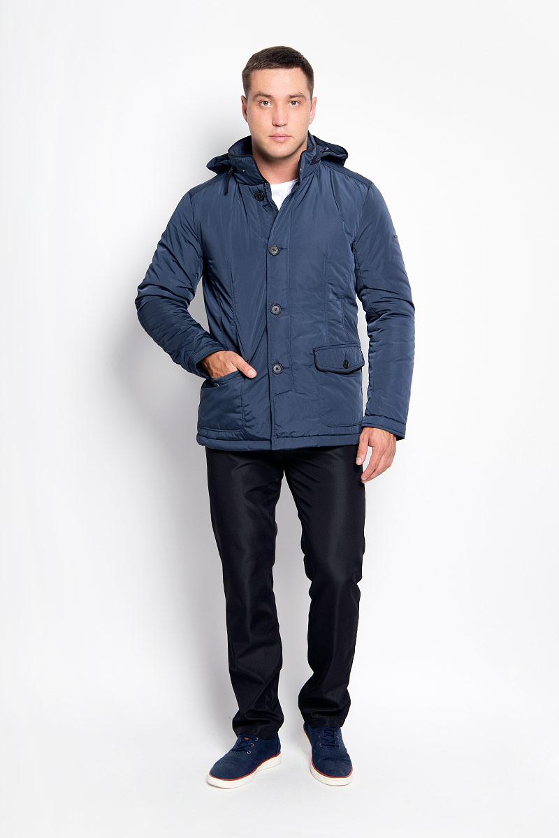 Куртка мужская Finn Flare, цвет: темно-синий. A16-21002_131. Размер L (50)A16-21002_131Стильная мужская куртка Finn Flare превосходно подойдет для прохладных дней. Куртка выполнена из полиэстера, она отлично защищает от дождя, снега и ветра, а наполнитель из синтепона превосходно сохраняет тепло. Модель с длинными рукавами и воротником-стойкой застегивается на застежку-молнию и имеет ветрозащитный клапан на пуговицах. Воротник застегивается на кнопку. Куртка имеет несъемный капюшон, складывающийся в специальный карман на застежке-молнии на воротнике. Объем капюшона регулируется при помощи шнурка-кулиски со стопперами. Изделие дополнено двумя накладными карманами на клапанах с пуговицами, а также внутренним карманом на застежке-молнии и двумя внутренними карманами на пуговицах. Рукава дополнены манжетами на кнопках. По низу куртка дополнена разрезами на кнопках.Эта модная и в то же время комфортная куртка согреет вас в холодное время года и отлично подойдет как для прогулок, так и для активного отдыха.