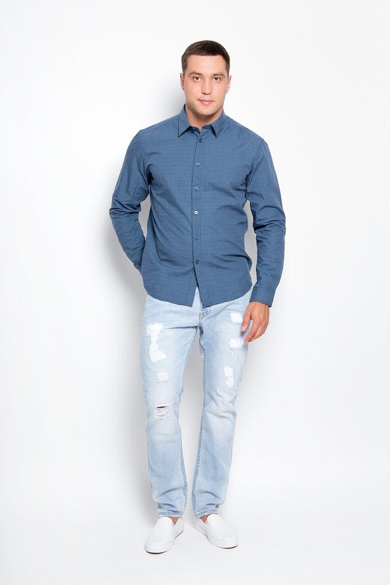 Рубашка мужская Finn Flare, цвет: темно-синий. A16-21021_101. Размер M (48)A16-21021_101Стильная мужская рубашка Finn Flare, выполненная из натурального хлопка, подчеркнет ваш уникальный стиль и поможет создать оригинальный образ. Такой материал великолепно пропускает воздух, обеспечивая необходимую вентиляцию, а также обладает высокой гигроскопичностью. Рубашка с длинными рукавами и отложным воротником застегивается на пуговицы спереди. Манжеты рукавов также застегиваются на пуговицы. Классическая рубашка - превосходный вариант для базового мужского гардероба и отличное решение на каждый день.Такая рубашка будет дарить вам комфорт в течение всего дня и послужит замечательным дополнением к вашему гардеробу.