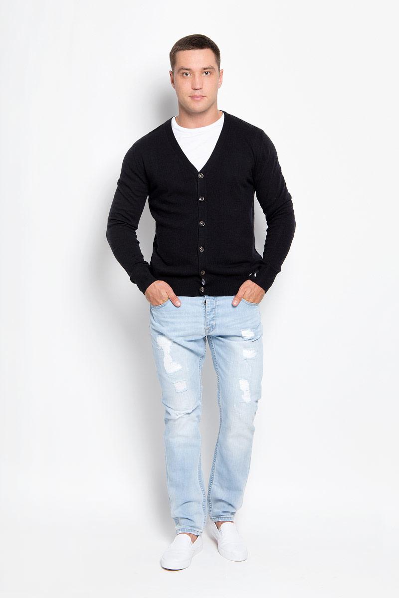 Кардиган мужской Finn Flare, цвет: черный. A16-21100_200. Размер L (50)A16-21100_200Стильный мужской кардиган Finn Flare выполнен из акрила с добавлением нейлона и шерсти, благодаря чему он великолепно сохраняет тепло, позволяет коже дышать и обладает высокой износостойкостью и эластичностью. Модель с длинными рукавами и V-образным вырезом горловины согреет вас в прохладные дни. Кардиган застегивается на пуговицы, манжеты рукавов и низ изделия связаны резинкой. Модный и уютный кардиган - идеальный вариант для создания уникального образа. Такая модель будет дарить вам комфорт в течение всего дня и послужит замечательным дополнением к вашему гардеробу.