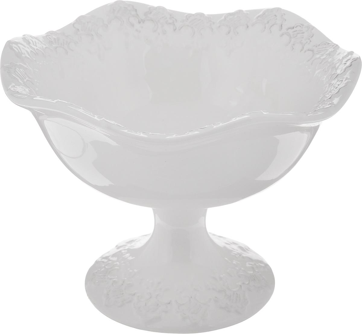 """Конфетница на ножке Patricia """"Версаль"""", изготовленная из  фаянса, украшена оригинальным орнаментом.  Стильная форма и интересное исполнение идеально впишутся  в любой интерьер.   Не рекомендуется использовать в микроволновой печи и мыть  в посудомоечной машине.  Диаметр конфетницы (по верхнему краю): 16 см.  Высота: 12 см."""
