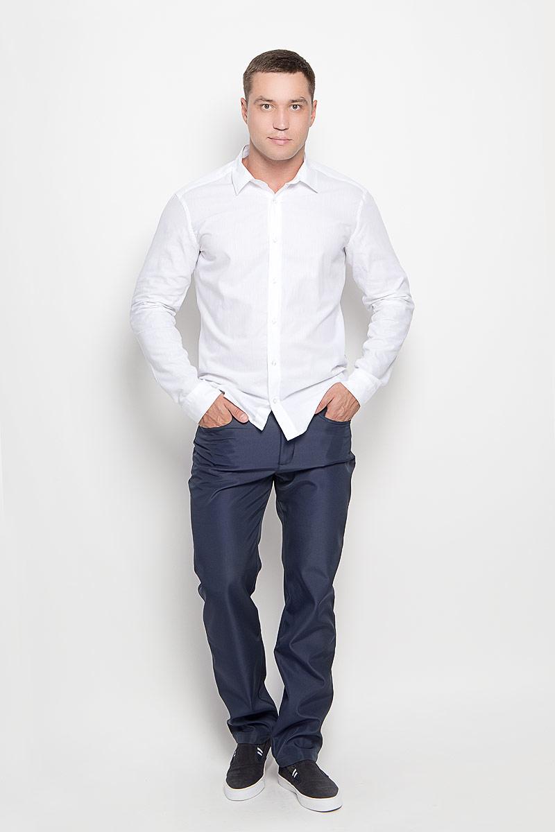 Брюки мужские Finn Flare, цвет: темно-синий. A16-22015_101. Размер M (48)A16-22015_101Стильные мужские брюки Finn Flare великолепно подойдут для повседневной носки и помогут вам создать незабываемый современный образ. Утепленная флисовой подкладкой модель прямого кроя и стандартной посадки изготовлена из полиэстера, благодаря чему великолепно удерживает тепло и превосходно сидит. Брюки застегиваются на ширинку на застежке-молнии, а также пуговицу на поясе. На поясе расположены шлевки для ремня. Модель оформлена двумя открытыми втачными карманами и небольшим накладным кармашком спереди и двумя втачными карманами на пуговицах сзади.Эти модные и в то же время удобные брюки станут великолепным дополнением к вашему гардеробу. В них вы всегда будете чувствовать себя уверенно и комфортно.