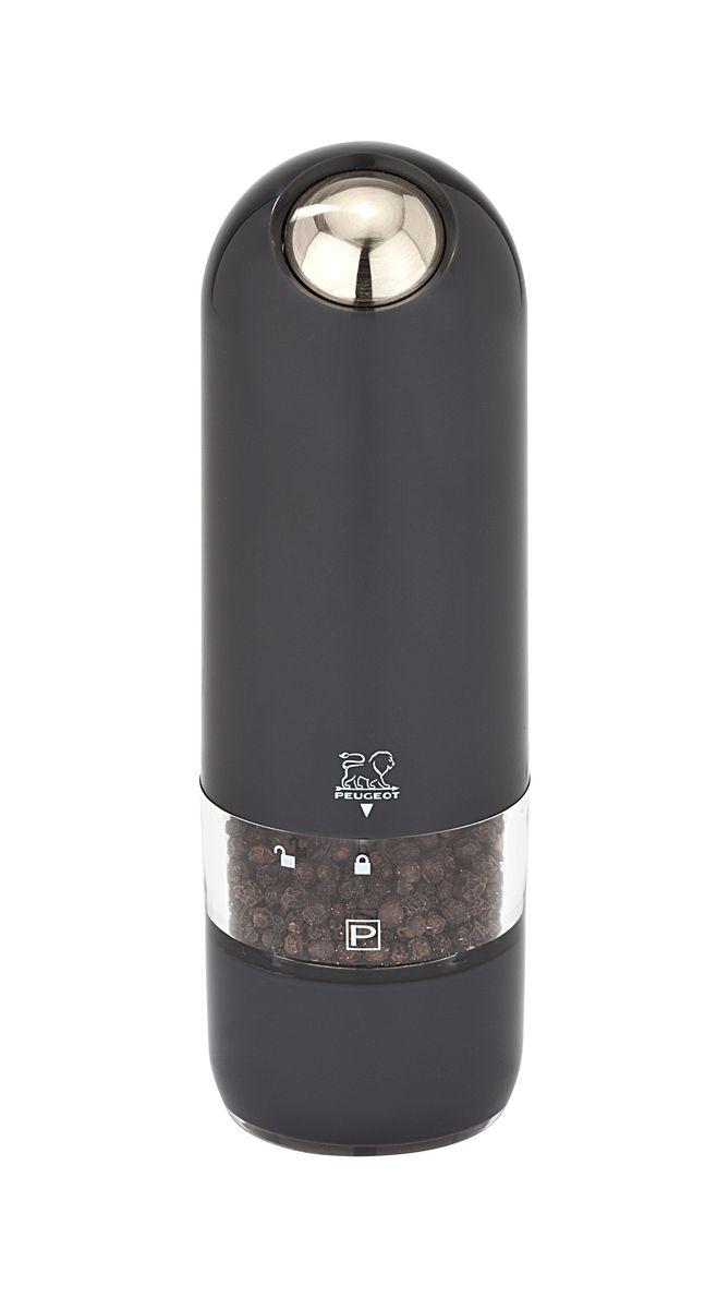 """Мельница для перца Peugeot """"Alaska Quartz"""" обладает одновременно современным и винтажным дизайном. Она выделяется внешним обликом из ряда электрических мельниц гармоничным сочетанием пластмассы и металла. Эргономичная форма будет радовать поваров, которые могут пользоваться ей, держа в одной руке во время приготовления пищи. Свет в основании мельницы помогает увидеть, сколько соли или перца вы добавляете. Прозрачные стенки позволяют контролировать количество специй внутри.  Серия """"Alaska"""" удивительным образом сочетает в себе черты классического кухонного атрибута и элементы футуристического дизайна. Креативный дизайн будущего для вещи из прошлого - идеальный способ создать утонченную интригу в интерьере вашей кухни."""