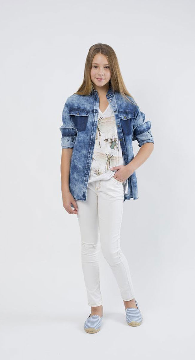 Рубашка для девочки Gulliver Цикада, цвет: голубой джинс. 11609GTC2203. Размер 146, 10-11 лет11609GTC2203Стильная джинсовая рубашка Gulliver Цикада, выполненная из натурального хлопка, прекрасно подойдет для повседневной носки. Материал очень мягкий и приятный на ощупь, не сковывает движения и позволяет коже дышать.Рубашка с отложным воротником и длинными рукавами застегивается на пуговицы по всей длине. На груди модели имеется имитация карманов. Манжеты рукавов также застегиваются на пуговицы. По бокам предусмотрены небольшие разрезы, спинка рубашки удлинена. Изделие оформлено эффектом потертости. Такая рубашка - идеальный вариант для создания образа в стиле Casual, она станет модным дополнением к детскому гардеробу.