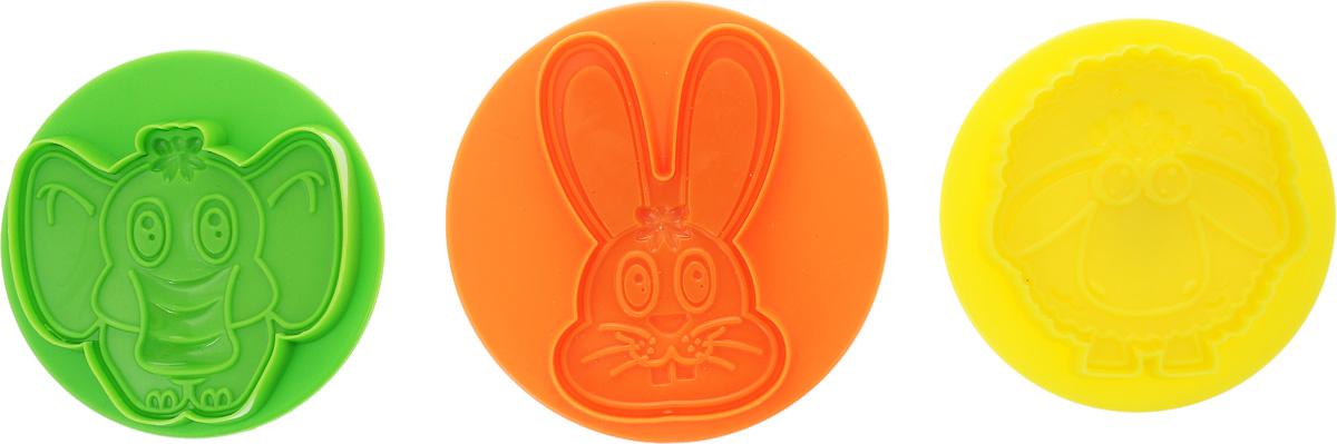 """Если вы любите побаловать своих домашних вкусной и ароматной выпечкой по вашему оригинальному рецепту, то набор для выпечки """"Mayer &  Boch"""" как раз то, что вам нужно! Изделия имеют различные формы в виде животных. Набор состоит из 3 формочек с поршнем, выполненных из высококачественного пластика. Изделия выполнены из пластика трех цветов. Диаметр изделий: 10,5 см, 9,3 см х 2."""