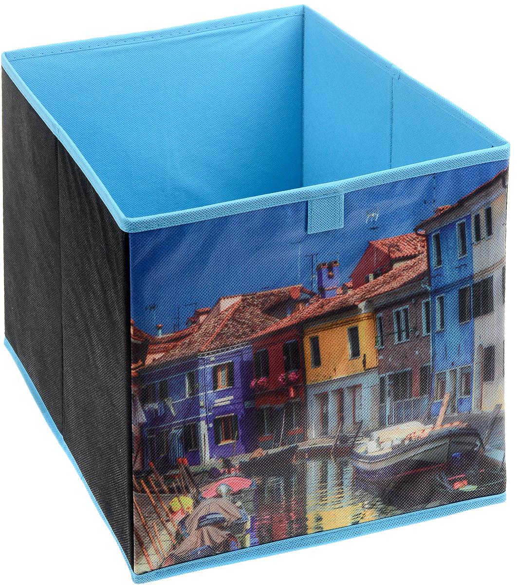 """Кофр для хранения """"Венеция"""" изготовлен из высококачественного нетканого полотна и декорирован красочным изображением венецианской улочки. Кофр имеет одно большое отделение, где вы можете хранить различные бытовые вещи, нижнее белье, одежду и многое другое. Вставки из картона обеспечивают прочность конструкции. Стильный принт, модный цвет и качество исполнения сделают такой кофр незаменимым для хранения ваших вещей."""
