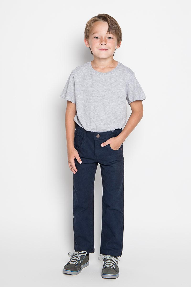Брюки для мальчика Sela, цвет: темно-синий. P-715/769-6311. Размер 92, 2 годаP-715/769-6311Удобные брюки для мальчика Sela идеально подойдут вашему маленькому моднику. Изготовленные из высококачественного эластичного хлопка, они мягкие и приятные на ощупь, не сковывают движения, сохраняют тепло и позволяют коже дышать, обеспечивая наибольший комфорт. Прямые брюки застегиваются на ширинку на застежке-молнии и пуговицу на поясе, имеются шлевки для ремня. С внутренней стороны пояс регулируется эластичной резинкой с пуговицами. Модель дополнена двумя втачными карманами и маленьким накладным кармашком спереди, а также двумя накладными карманами сзади.Практичные и стильные брюки идеально подойдут вашему малышу, а модная расцветка и высококачественный материал позволят ему комфортно чувствовать себя в течение дня!