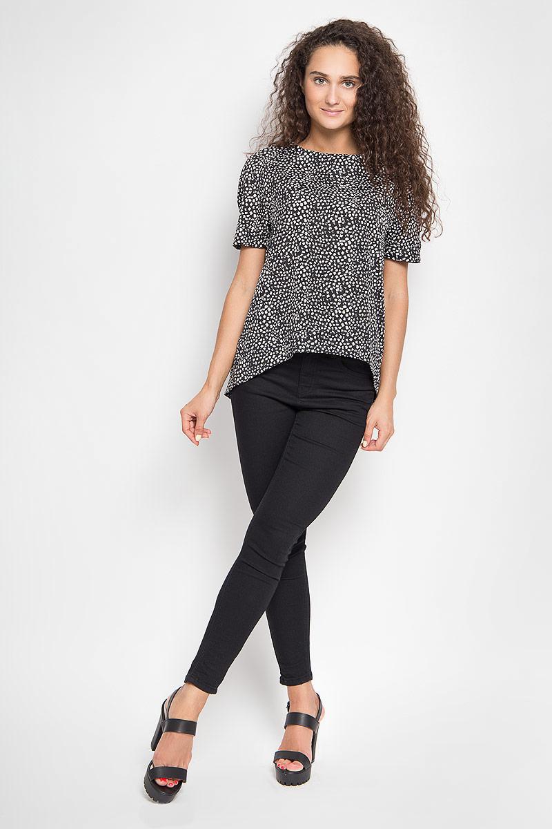 Блузка женская Ruxara, цвет: черный, белый. 1202341_2. Размер 501202341_2Стильная блузка Ruxara, выполненная из микрофибры, поможет создать отличный современный образ в стиле Casual.Модель свободного покроя с круглым вырезом горловины и короткими рукавами-реглан. Спинка изделия немного удлинена. Блуза оформлена оригинальным принтом.Такая блузка поможет создать яркий и привлекательный образ, в ней вам будет удобно и комфортно.