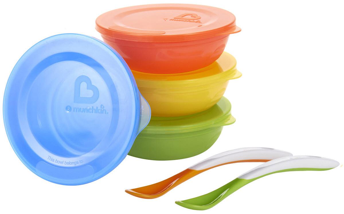 Munchkin Набор детской посуды12106Яркий набор детской посуды Munchkin прекрасно подойдет для кормления малыша от 6 месяцев и самостоятельного приема им пищи. Миски и ложечки выполнены из прочного безопасного пластика насыщенных цветов, не содержащего бисфенол А и фталаты.Миски подходят для использования в микроволновой печи. Можно мыть на верхней полке в посудомоечной машине. Удобная форма каждой миски с рельефными деталями позволяет легко удерживать ее в руках. Все миски компактно складываются одна в другую и не занимают много места на кухне - идеальный вариант в дороге, путешествии и за городомКредо Munchkin, американской компании с 20-летней историей: избавить мир от надоевших и прозаических товаров, искать умные инновационные решения, которые превращают обыденные задачи в опыт, приносящий удовольствие. Понимая, что наибольшее значение в быту имеют именно мелочи, компания создает уникальные товары, которые помогают поддерживать порядок, организовывать пространство, облегчают уход за детьми - недаром компания имеет уже более 140 патентов и изобретений, используемых в создании ее неповторимой и оригинальной продукции. Munchkin делает жизнь родителей легче!