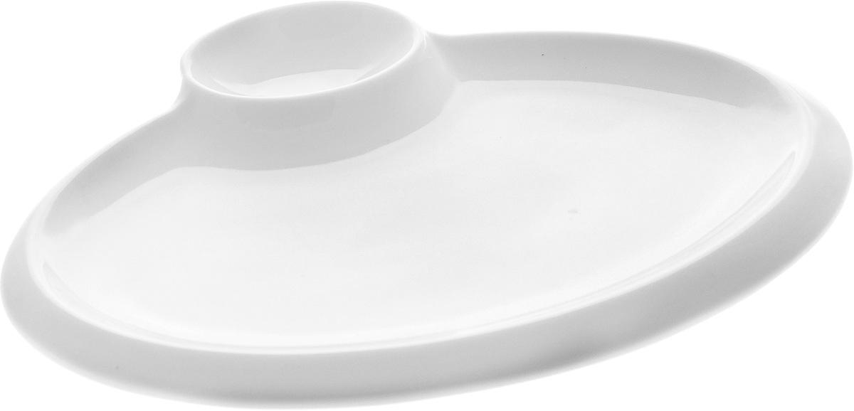 """Оригинальное блюдо """"Wilmax"""", выполненное из  высококачественного фарфора, имеет овальную форму и  оснащено соусником.  Изделие идеально подойдет для сервировки праздничного или  обеденного стола, а также станет отличным подарком к любому  празднику. Можно мыть в посудомоечной машине и использовать в микроволновой печи. Размер блюда (по верхнему краю): 18 х 11,5 см. Высота стенки блюда: 2 см. Размер соусника (по верхнему краю): 6 х 4 см. Высота стенки соусника: 2 см.  Ширина блюда (с учетом соусника): 20 х 15,5 см."""