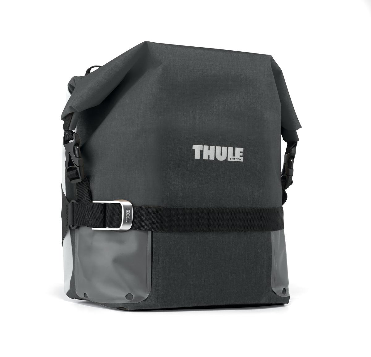 Сумка велосипедная Thule Small Adventure Touring Pannier, цвет: черный100006Велосипедная сумка Thule Small Adventure Touring Pannier- это многофункциональная водонепроницаемая сумка, которая обеспечивает безопасность и защиту благодаря ярким светоотражающим элементам и сворачивающейся верхней части.Единая конструкция со сворачивающейся верхней частью гарантирует, что вещи внутри останутся сухими и чистыми.Система крепления на магнитах проста в использовании, надежна и имеет малый уровень вибрации.Яркие светоотражающие элементы на передней и боковой панелях улучшают заметность на дороге.Удобные точки крепления для фонарей обеспечивают дополнительную безопасность.Внутренние карманы для хранения мелких вещей.Встроенные ручки и отстегиваемый ремень для ношения через плечо обеспечивают несколько вариантов переноски.Лучше всего подходит для багажников Thule, но может использоваться практически с любым велосипедным багажником.