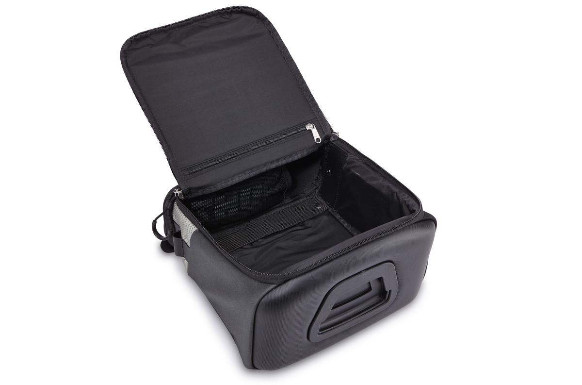 Уникальный аэродинамический дизайн идеально подходит для размещения камеры или продуктов питания, которые вы захотите иметь под рукой во время езды на велосипеде. Два отверстия для легкого доступа к содержимому как при езде, так и при использовании отдельно от велосипеда. Легкая установка и снятие с размещаемой на руле системы Thule Pack 'n Pedal Handlebar Attachment. Водонепроницаемый и дышащий материал. Накидка от дождя в комплекте. Участки из светоотражающей ткани улучшают заметность велосипеда в ночное время. Ремень для ношения через плечо в комплекте.    Гид по велоаксессуарам. Статья OZON Гид
