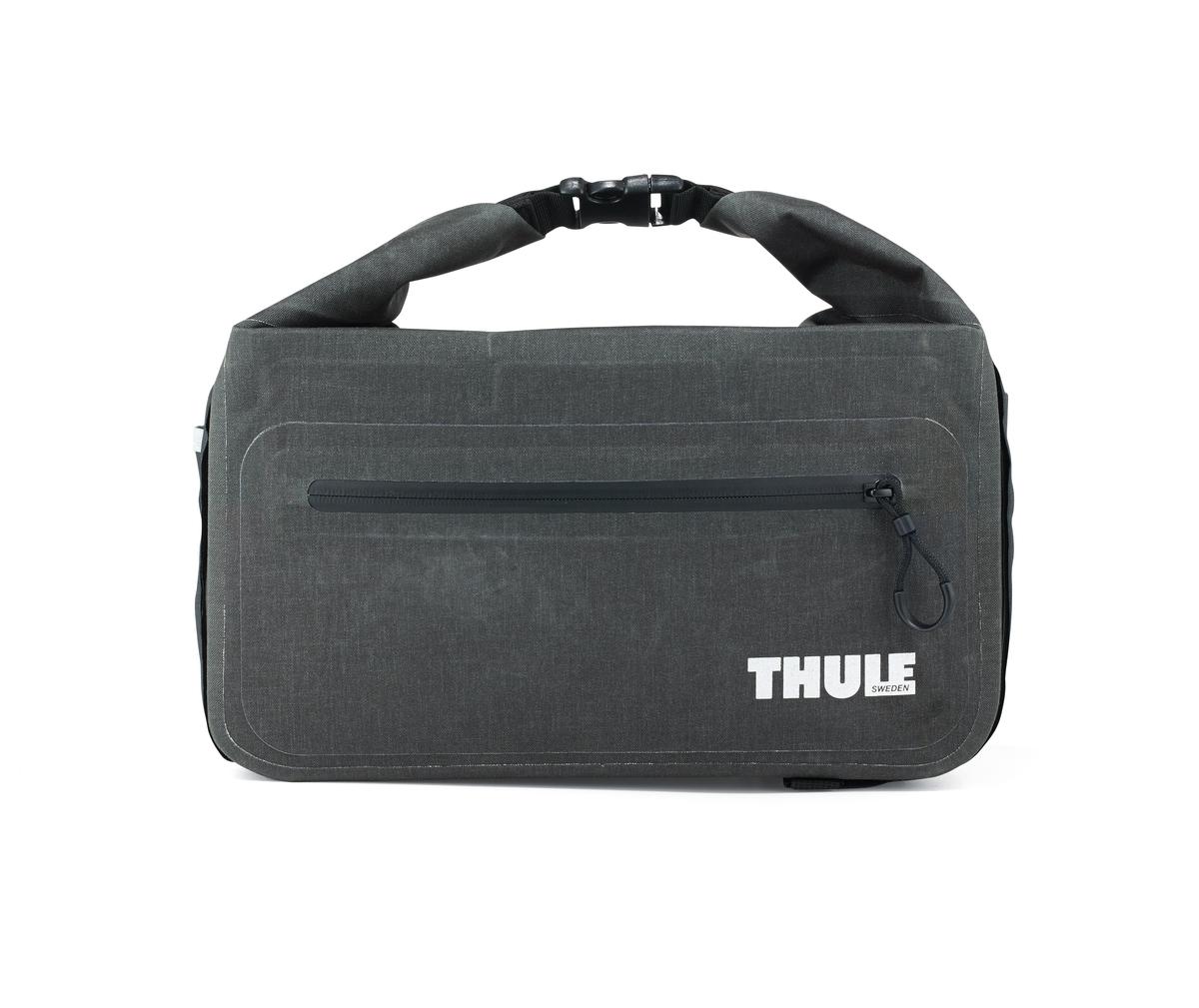 Сумка велосипедная Thule Pack n Pedal Trunk Bag, на багажник, цвет: серый, 11 л100055Этот удобный кофр обеспечивает водонепроницаемое пространство объемом 11 литров для хранения грузов и крепится к переднему или заднему багажнику велосипеда.Сворачивающаяся застежка и герметичные швы обеспечивают водонепроницаемость ваших вещей.Внешние прозрачные кармашки обеспечивают использование аварийного фонаря и хранение его в одном удобном месте.Сворачивающаяся застежка может также служить удобной ручкой для переноски.Простые крепления в виде петель и крюков обеспечивают надежное крепление багажника и позволяют быстро установить или снять его.Идеально подходит для размещения между двумя велосипедными сумками Thule.Лучше всего подходит для багажников Thule, но может использоваться практически с любым велосипедным багажником.