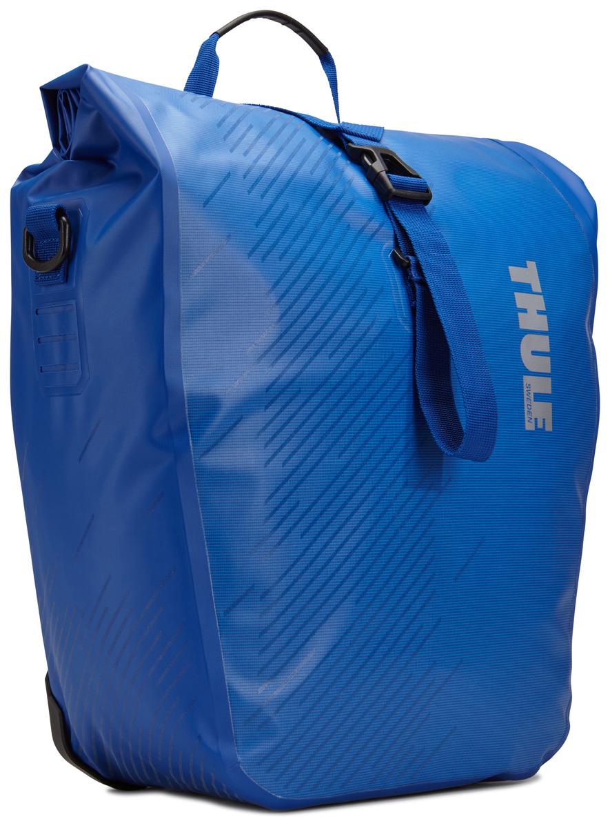 Набор велосипедных сумок Thule Shield, цвет: синий, 48 л, 2 шт100062Многофункциональные водонепроницаемые сумки Thule Shield обеспечивают безопасность и защиту благодаря ярким светоотражающим элементам. Единая конструкция со сворачивающейся верхней частью гарантирует, что вещи внутри останутся сухими и чистыми.Система крепления на магнитах проста в использовании, надежна и имеет малый уровень вибрации.Яркие светоотражающие элементы на передней и боковой панелях улучшают заметность на дороге.Удобные точки крепления для фонарей обеспечивают дополнительную безопасность.Имеются внутренние сетчатые карманы для хранения мелких вещей.Встроенные ручки и отстегиваемый ремень для ношения через плечо обеспечивают несколько вариантов переноски.Лучше всего подходит для багажников Thule, но может использоваться практически с любым велосипедным багажником.В набор входят две сумки объемом 48 л.